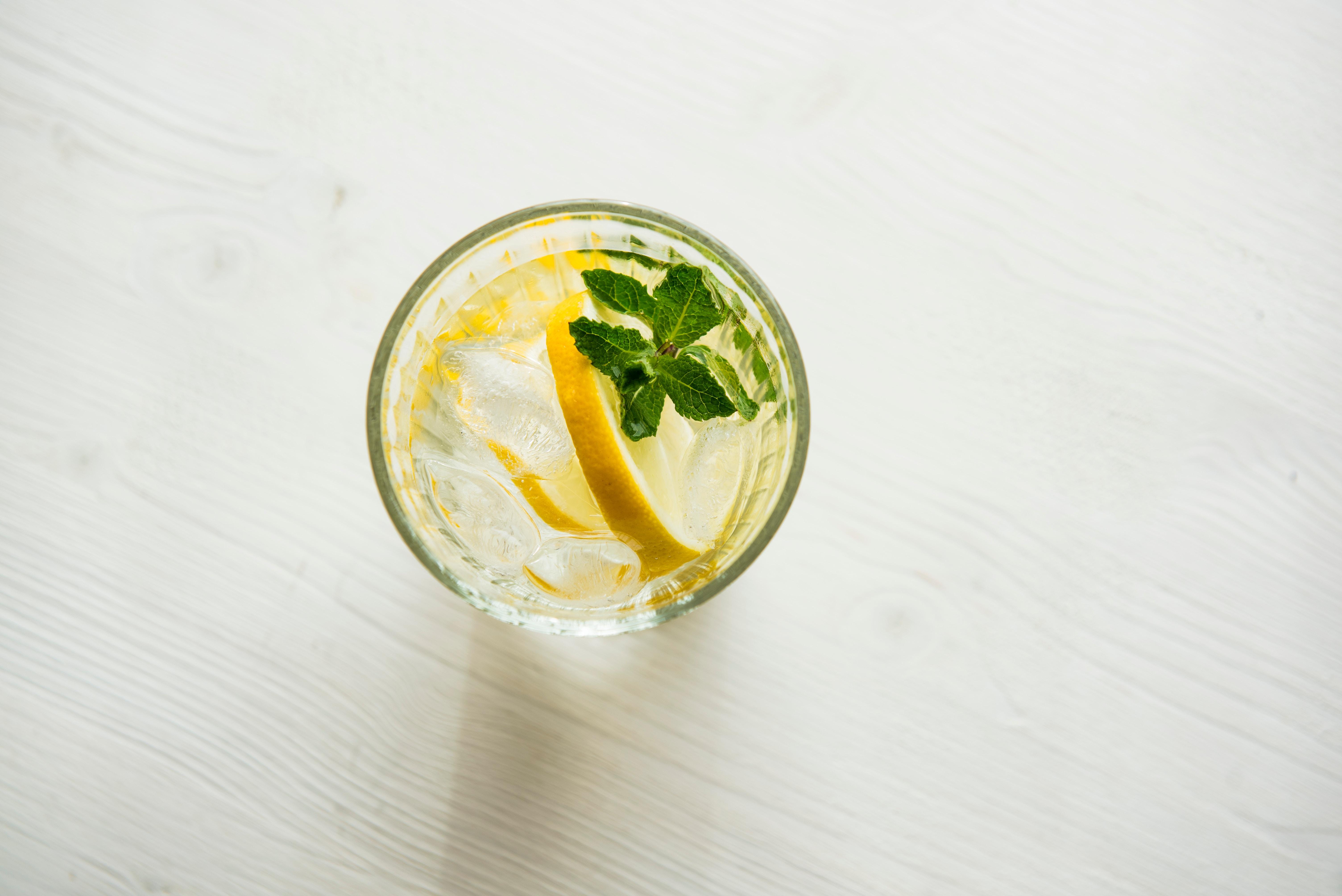 Ein Glas Wasser mit einer Zitrone