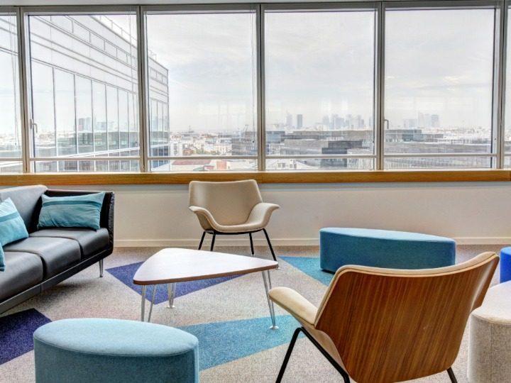 Büro mit großem Fenster und Sitzgelegenheiten